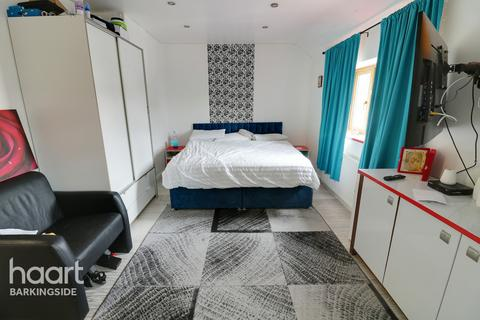 4 bedroom end of terrace house for sale - Falconer Road, Hainault