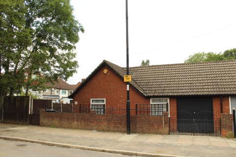 3 bedroom bungalow for sale - Waters Road, London, SE6