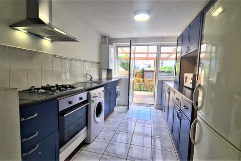 4 bedroom terraced house to rent - Gainsborough Avenue, London, E12