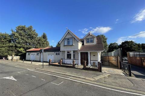 3 bedroom detached house for sale - Witley Gardens, Southall, Middlesex