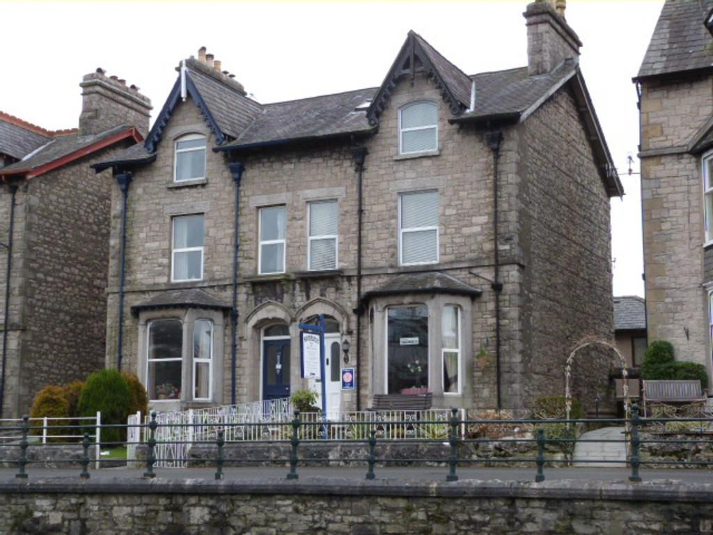 9 Bedrooms Semi Detached House for sale in 49 Milnthorpe Road, Kendal