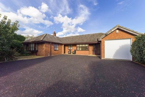 3 bedroom detached bungalow for sale - Heather Close, Thurston