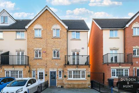 5 bedroom end of terrace house for sale - Genas Close, Clayhall, IG6