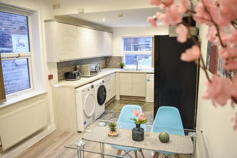 6 bedroom terraced house to rent - Cawdor Road, Manchester M14
