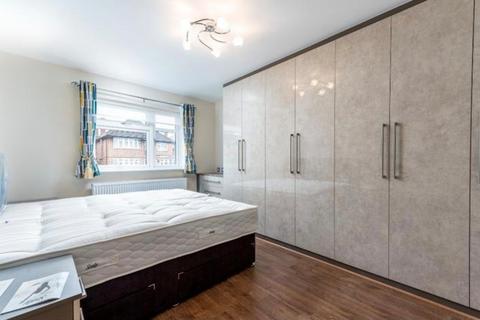 Studio to rent - Queens Way, London, NW4