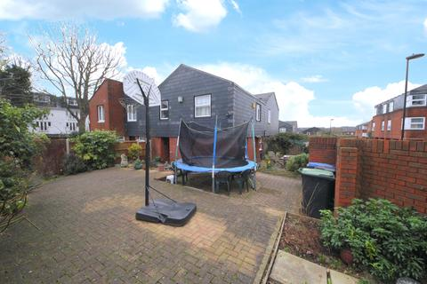 3 bedroom semi-detached house to rent - Tash Place, London N11