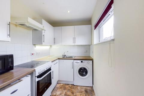 Studio to rent - Robins Close, Uxbridge