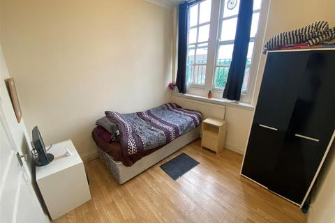 1 bedroom property to rent - Station House Mews, London