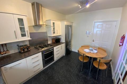 4 bedroom end of terrace house for sale - TWO APARTMENTS within walking distance to BEACHFRONT