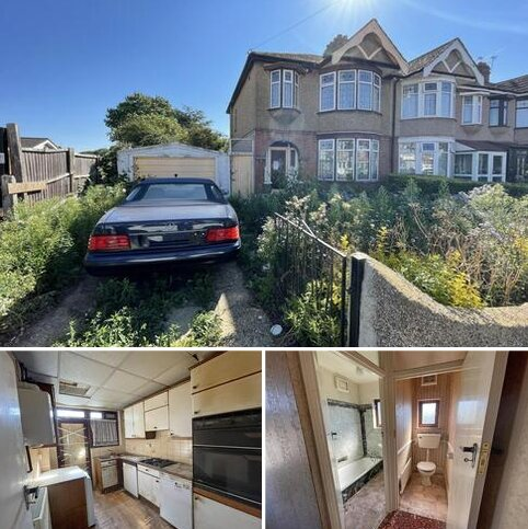 3 bedroom end of terrace house for sale - 140 Bawdsey Avenue, Ilford