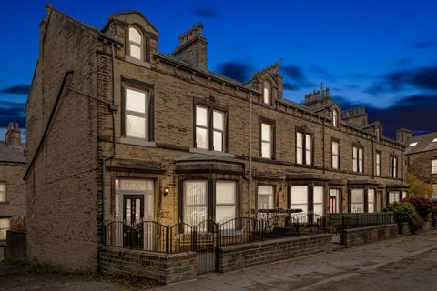 5 bedroom end of terrace house for sale - Heath Park Avenue, Halifax HX1 2PP