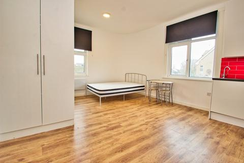 Semi detached house to rent - New Windsor Street, Uxbridge