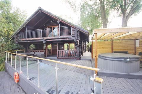 3 bedroom log cabin for sale - TATTERSHALL LAKES, TATTERSHALL