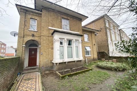 2 bedroom flat to rent - Romford Road, E7