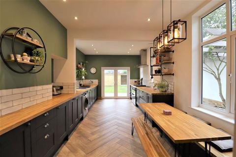 4 bedroom detached house for sale - Quantock Road