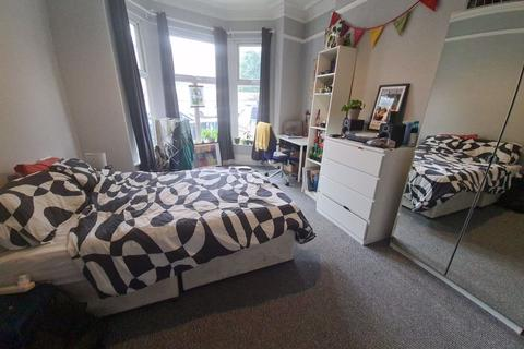 8 bedroom terraced house to rent - Victoria Road, Hyde Park, LS6 1AS