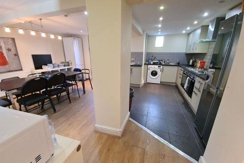8 bedroom terraced house to rent - Brudenell Avenue, Hyde Park, Leeds, LS6 1HD