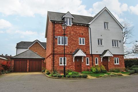 3 bedroom semi-detached house to rent - Briar Wood Close BR2