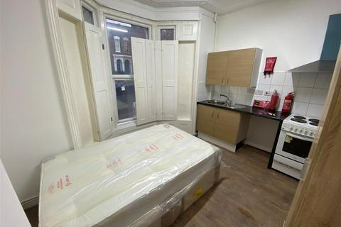 Studio to rent - Powerscroft Road, London