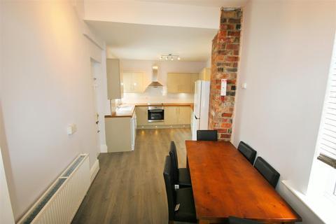 5 bedroom terraced house to rent - Chestnut Avenue, Hyde Park, Leeds, LS6 1AZ