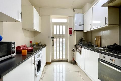 5 bedroom flat to rent - Watling Avenue, Burnt Oak, London HA8
