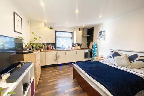 Studio to rent - Thornton Avenue, Streatham Hill, SW2