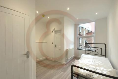 Studio to rent - Beaconsfield Terrace Road, Kensington, W14