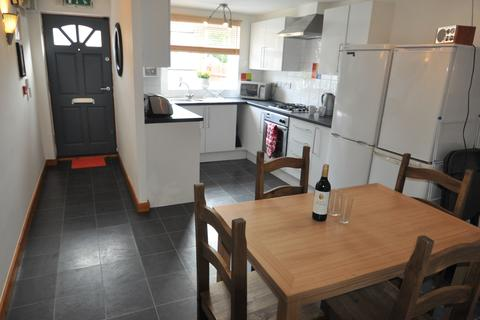 6 bedroom end of terrace house to rent - Russell Road, Nottingham NG7