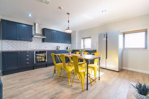 4 bedroom apartment to rent - Park Avenue, Palmers Green, London N13