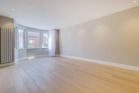 3 bedroom flat to rent - The Drive, London