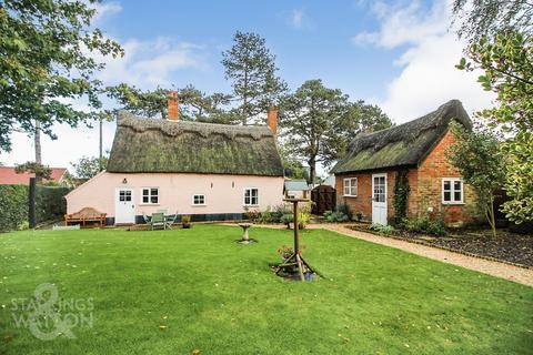 3 bedroom cottage for sale - The Street, Bramerton, Norwich