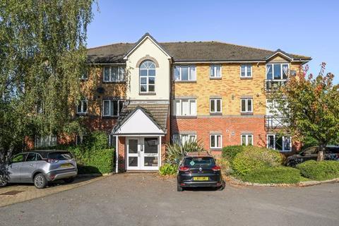 2 bedroom apartment to rent - Parry Drive, Weybridge.