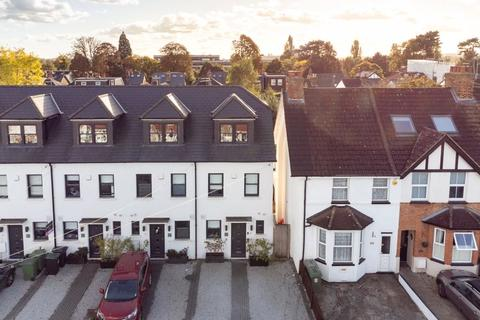 4 bedroom terraced house for sale - Hersham Road, Hersham
