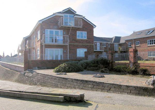 3 Bedrooms Apartment Flat for sale in Hilton Drive, Rhyl