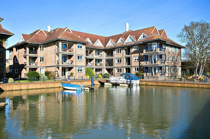 3 Bedrooms Flat for sale in The Eights Marina, Mariners Way, Cambridge