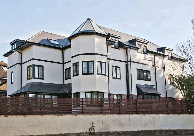 3 Bedrooms Maisonette Flat for sale in Greenview, 154 High Road, Chigwell, Essex, IG7