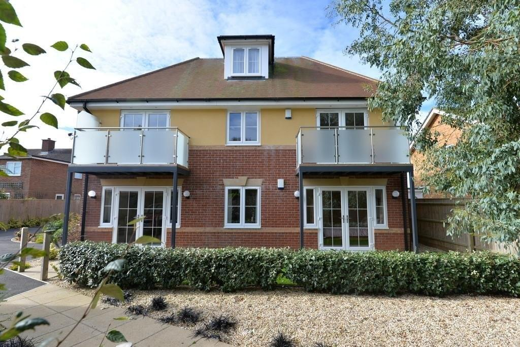 3 Bedrooms Ground Flat for sale in Mount Avenue, New Milton