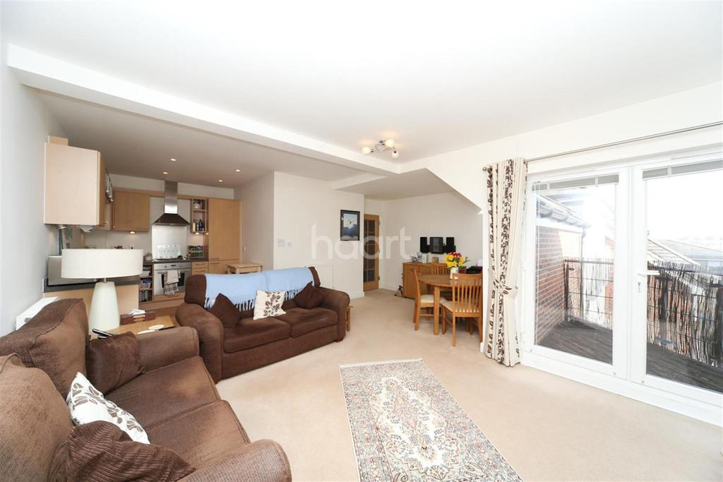 2 Bedrooms Flat for rent in Govett Avenue TW17