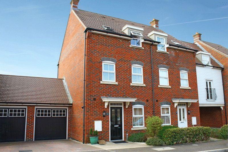 4 Bedrooms Semi Detached House for sale in Saddlers Close, Billingshurst