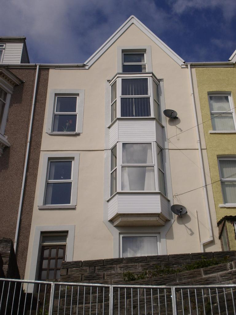 3 Bedrooms Flat for sale in BAYVIEW CRESCENT, BRYNMILL, SWANSEA SA1