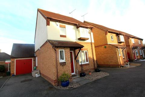3 bedroom detached house to rent - Cavell Crescent, Harold Wood, Romford, RM3