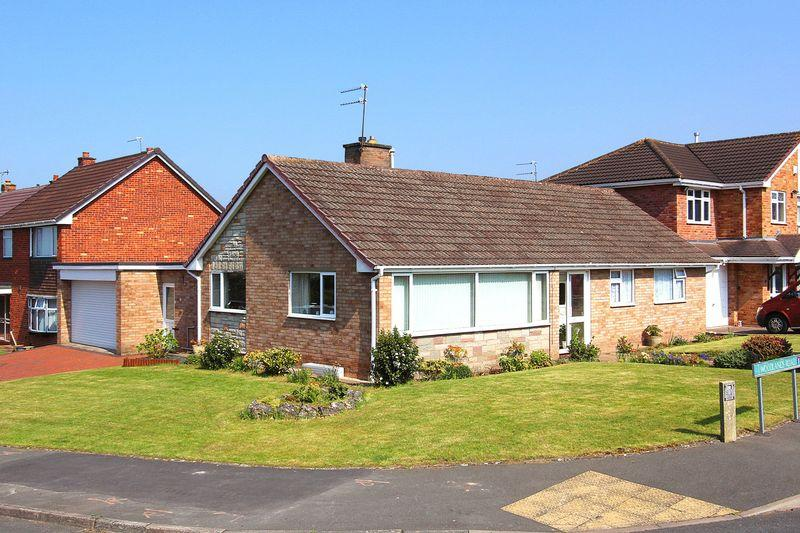 3 Bedrooms Detached Bungalow for sale in WOMBOURNE, Woodlands Road