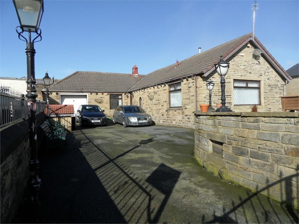 3 Bedrooms Detached Bungalow for sale in Moorcroft Road, BRADFORD 4, West Yorkshire