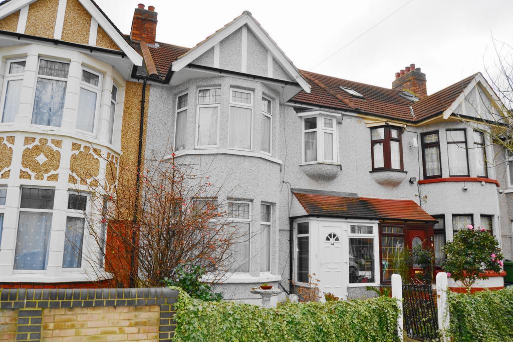3 Bedrooms Terraced House for sale in Kenwood Gardens, Redbridge IG2