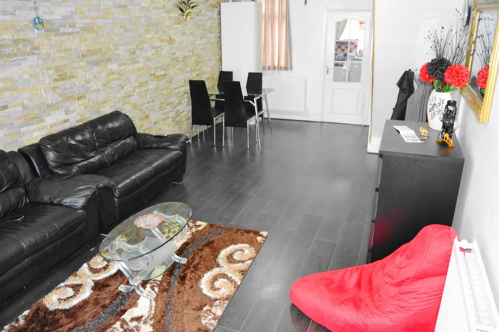 3 Bedrooms End Of Terrace House for sale in Kennedy Road, Barking IG11