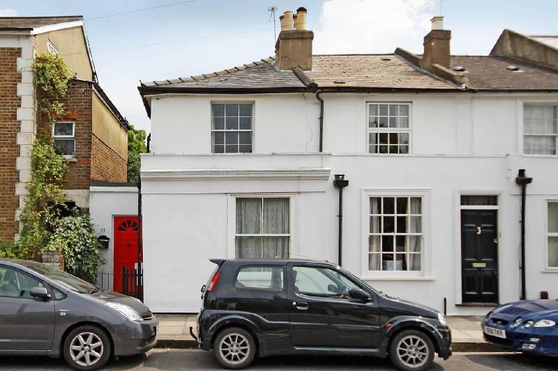 2 Bedrooms Semi Detached House for rent in Queens Road, Teddington, TW11