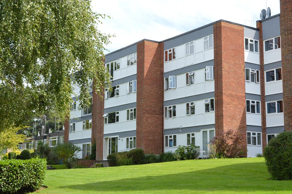 2 Bedrooms Flat for sale in Berkeley Court, WEYBRIDGE KT13