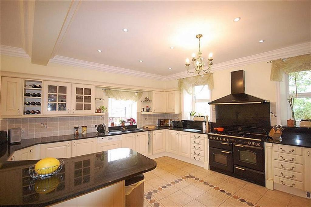 5 Bedrooms Detached House for sale in Thornhill Road, Longwood, Huddersfield, HD3