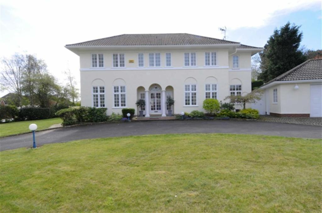 4 Bedrooms Detached House for sale in Selworthy Road, Birkdale, PR8