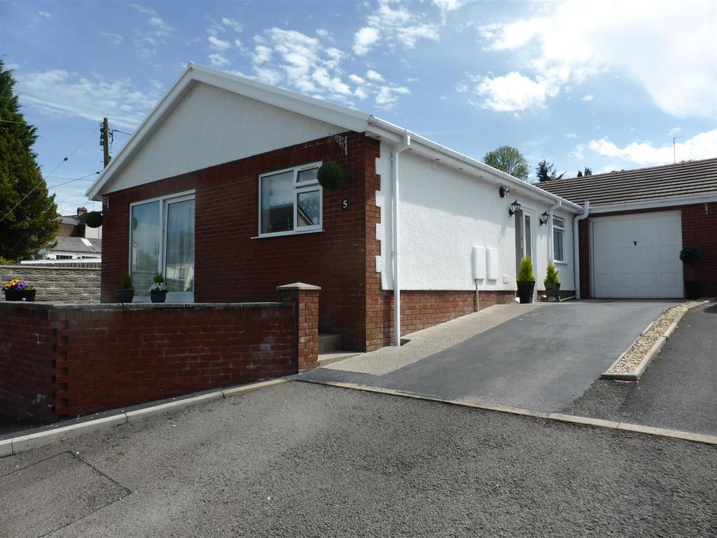 3 Bedrooms Bungalow for sale in Parc Glanffrwd, Garnant, Ammanford